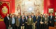 El rector de la George Mason University, Angel Cabrera  (5to. por la izq.) junto a un grupo de la tertulia española de Taberna del Alabardero en Washington, DC, el 30 de octubre de 2014.