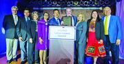 El senador Kaine (D-VA), al centro, recibe el homenaje del Consejo de Líderes Latinos de Virginia el 26 de octubre.