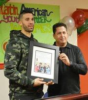 Michael Leon (der.), del Centro Latino de la Juventud, entregó un reconocimiento al jugador venezolano Greivis Vasquez, que emigró a Maryland en el año 2002, de donde salió becadado para la Universidad de Maryland, desde donde inició su carrera en la NBA.