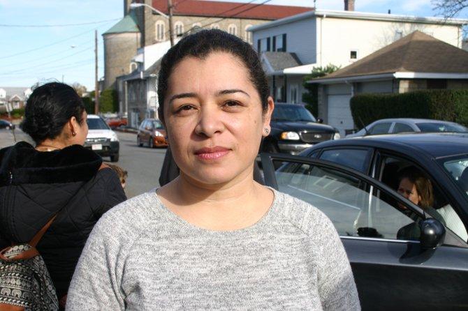 """Claudia Sierra, activista y voluntaria para la oficina del representante Adrian Madaro, concluye que esta es una nueva modalidad de desplazamiento forzado: """"Esto se está convirtiendo en una nueva moda para desplazar a inquilinos en East Boston."""