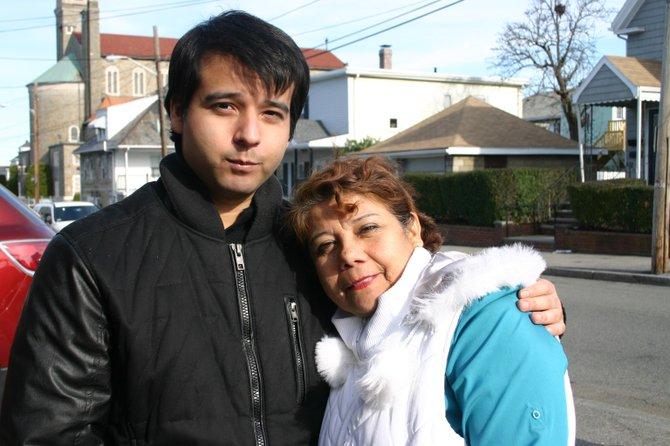 """""""Los nuevos dueños hicieron esto a propósito"""", dice la señora Olga Pasco, quien vivió en el edificio afectado por más de 25 años con sus dos hijos (uno de ellos en la foto). """"Provocaron el derrumbe y sacarnos a todos. Son unos desalmados"""", dice con lágrimas en los ojos. """"En ese edificio estaba todo. Mi vida completa""""."""