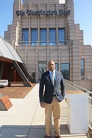 Derrick Gay en la terraza de The Washington Post en Washington, DC.