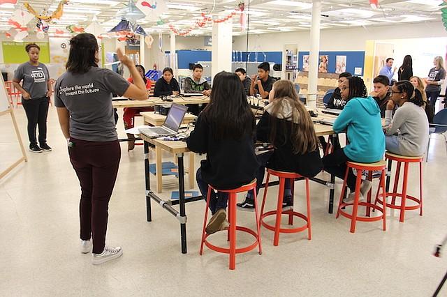 """TALLERES. En el evento de lanzamiento del """"Reto Inventa el Futuro"""", instructores explicaron a estudiantes detalles sobre la iniciativa."""
