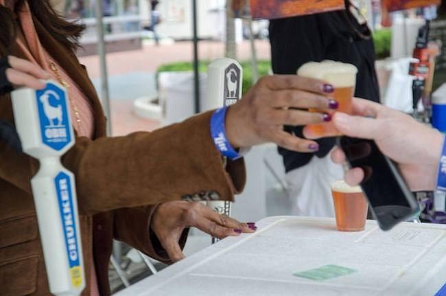 BEBIDAS. En este festival se pueden comprar tickets para consumir los diferentes tipos de cervezas y vinos disponibles.