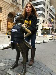 Patricia, madre Joaquín Oliver, junto a la escultura de bronce