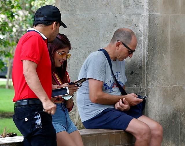 """INTERNET. """"Es carísimo. Una vez más el cubano trabajador para el Estado no podrá disfrutar de este servicio (...) Es una desilusión muy grande"""", expresó una cubana."""
