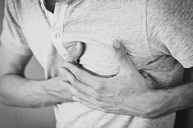 SALUD. Una afección cardíaca podría presentarse como dolor en la parte superior media de la espalda o en el brazo