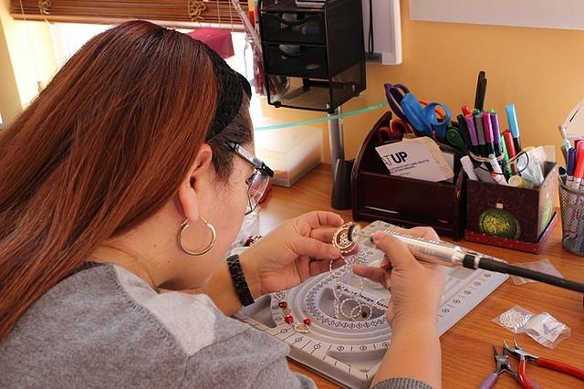 TALLER. La diseñadora de joyas en pleno trabajo, elaborando sus creaciones.