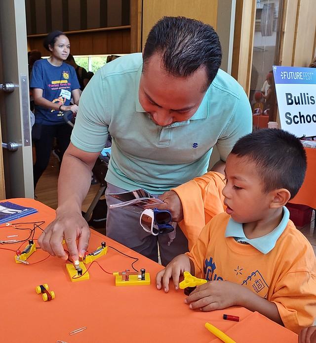 EJEMPLO. Paulino Fuentes llevó a su hijo Eric a la feria Future Fest, en Silver Spring.